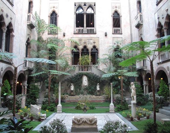 Patí interior ajardinat d'un palau d'estil venecià.