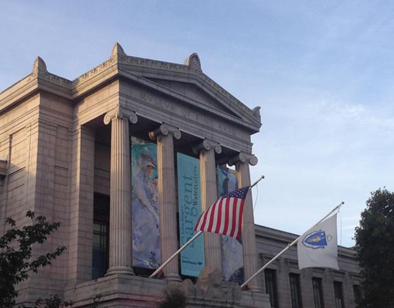 Façana d'estil neoclássic on predomina la simetria i un cos central que sobresurt amb quatre grans columnes.